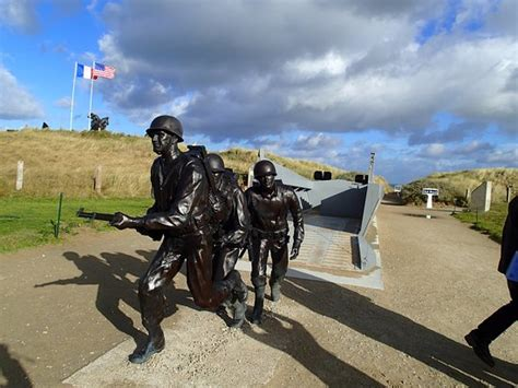 higgins boat monument monument to marines getting off higgins boat normandy