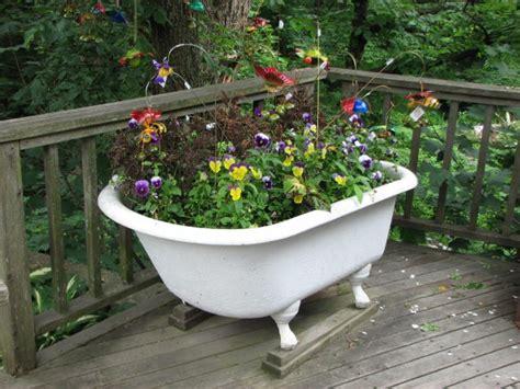 flowers in bathtub riciclo in giardino archivi abito verde