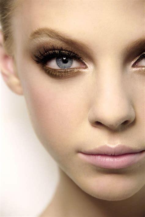 Eyeshadow Bronze smokey gold bronze eyeshadow on a blue or green eye