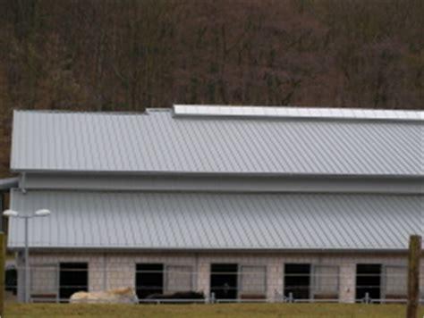 farbe für dachziegel ein hallendach aus grauen metall metalldach