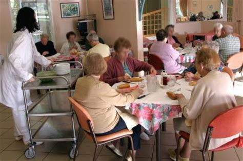 Dining Room Assistant In Aged Care Sydney Indoor Climate In Nursing Homes Can Be Dangerous For The