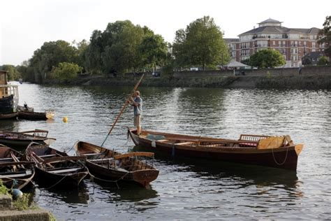 row boat hire richmond rowing down the thames