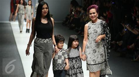 Rancangan Batik Danar Hadi gaya nyentrik miranda goeltom di panggung jfw 2016 lifestyle liputan6