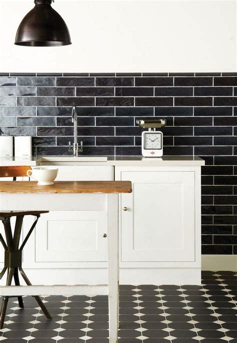 carrelage cuisine blanc et noir carrelage m 233 tro noir qui invite l 233 l 233 gance dans nos domiciles