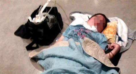 dormire sul pavimento bimbo disabile costretto a dormire sul pavimento e senza