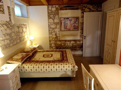 in da letto camere da letto in stile rustico muri in pietra a vista e