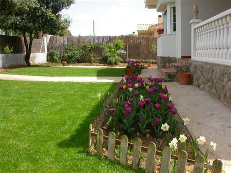 decorar jardines en blanco decoracion de jardines con madera