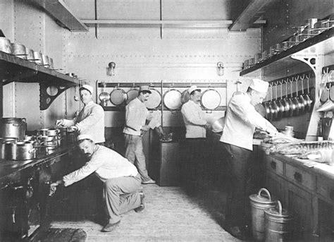 navy und weißer speisesaal galley kitchen