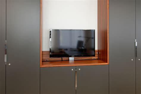 schrank mit tv lift einbauschrank mit tv lift tischlerei pfaar