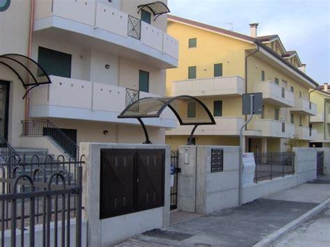 tettoie in plexiglass prezzi tettoia in plexiglass tettoie e pensiline vantaggi