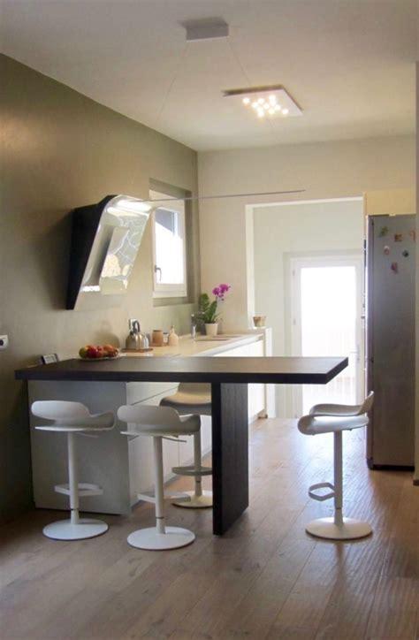 penisola con sgabelli cucina con penisola e sala da pranzo in residenza a