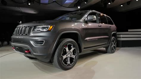 jeep grand cherokee trailhawk grey 2017 jeep grand cherokee trailhawk quick spin autoblog