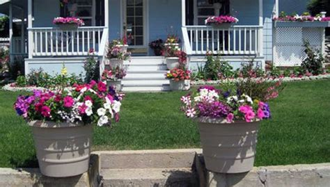 Front Yard Planters by 54 Brilliant Front Yard Landscaping Ideas That