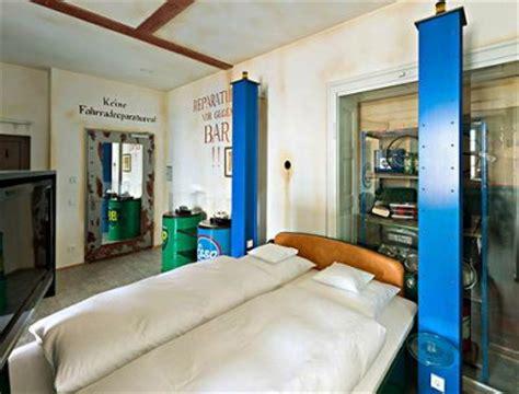 jp werkstatt 修理工場をテーマにした werkstatt 何これカワイイ 車好きのために作られたホテル v8 hotel