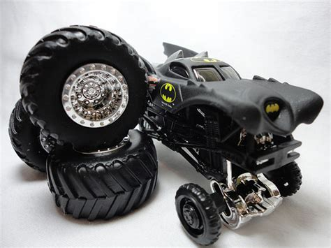 2011 Hot Wheels Monster Jam Truck *BATMAN TRAVEL TREADS #6