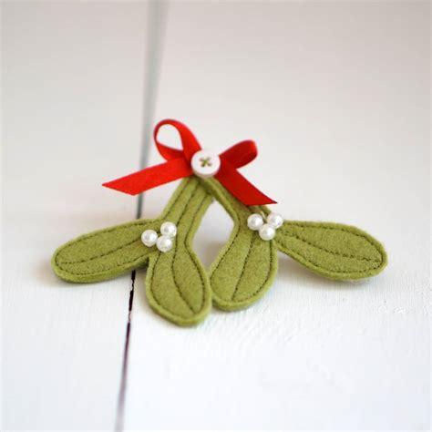Handmade Felt - handmade felt mistletoe brooch by rosiebull designs