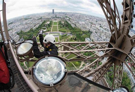 tower light bulb changer changing light bulbs on the eiffel tower in