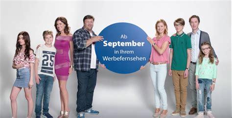 2 Unvergleichliche Familien Schauspieler by Ausgetanzt Check24 Startet Mit Sitcommercial Die N 228 Chste