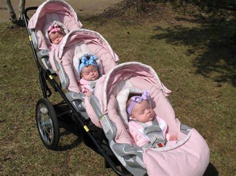 Kereta Dorong Untuk Bayi Kembar foto bayi bayi yang menggemaskan tidur di kereta bayi untuk bayi kembar tiga vemale