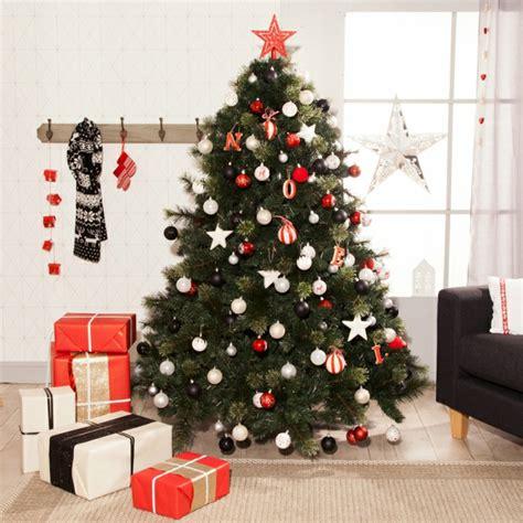 arbol de navidad decorado de manera simple esferas en