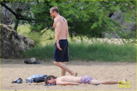 charlie hunnam beach shirtless charlie hunnam puts on sunscreen at the beach in