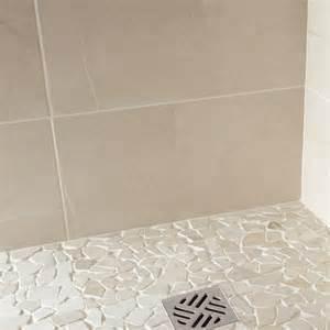 indogate salle de bain blanche et taupe