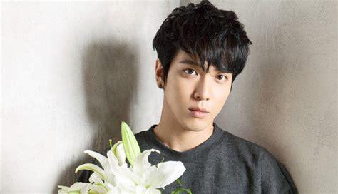 sketchbook yonghwa conductor de tv coreano admite estar enamorado de jung