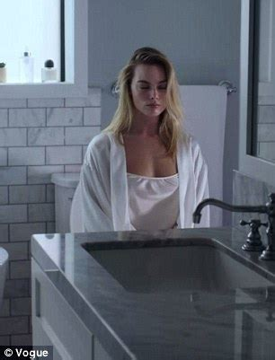 what women want bathroom scene margot robbie details her beauty routine in american
