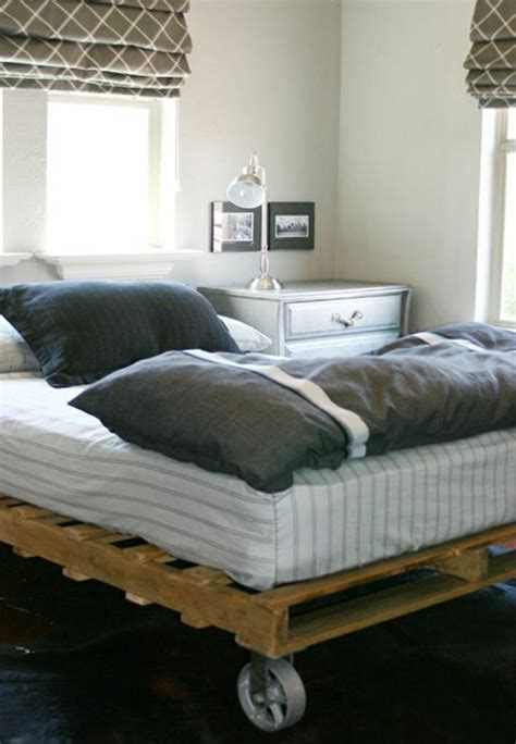 machen sie ein kleines schlafzimmer größer aussehen 35 fantastische ideen f 252 r bett aus paletten archzine net