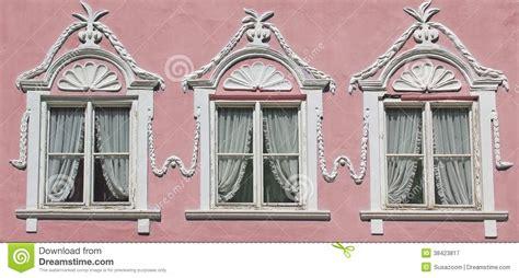 fenster stuck drei fenster auf rosa hausmauer mit dem stuck aufw 228 ndig
