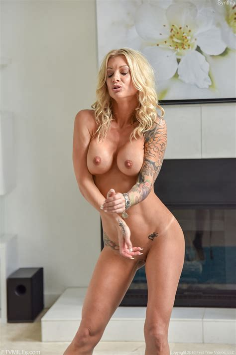 Cougar Synthia Fixx Toying And Vibrating Her Cunt Of