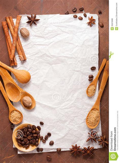 papel en blanco para las recetas sobre fondo de madera con
