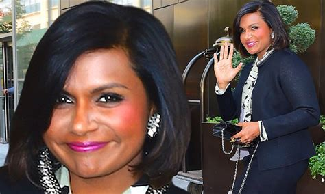 mindy kaling new show mindy kaling shows off chic new bob and shapely legs as