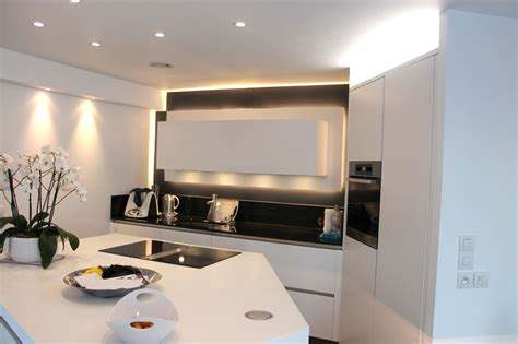 Formidable Cuisine Avec Table Integree #5: 1.cuisine-geometrique-meuble-eclairage-leds.jpg