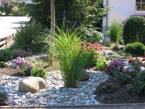 vorgarten mit kies gestalten pflanzen kunstrasen garten