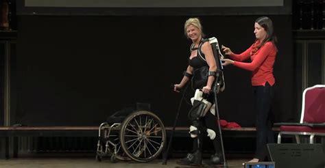 film avec exosquelette elle peut marcher de nouveau gr 226 ce 224 un exosquelette