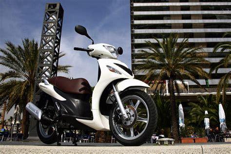 125ccm Motorrad Im Test by Suzuki Sixteen 125 150 Im Test Motorrad Tests