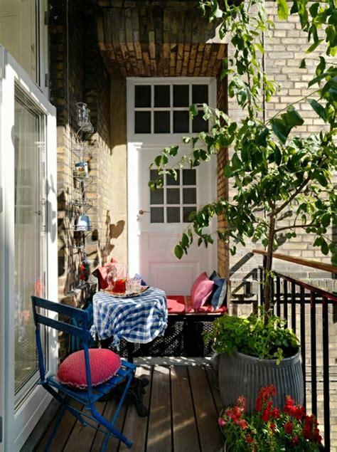 wunderschöner garten balkon blumenkasten idee