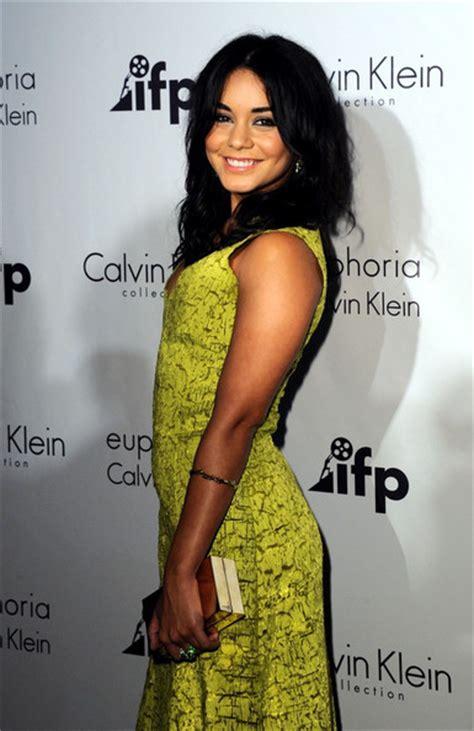 Hudgens Lookin Mighty In Calvin Klein by žlut 233 šaty Americk 233 Herečky