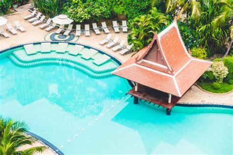 hamacas de piscina hamacas piscina y bar vistos desde arriba descargar