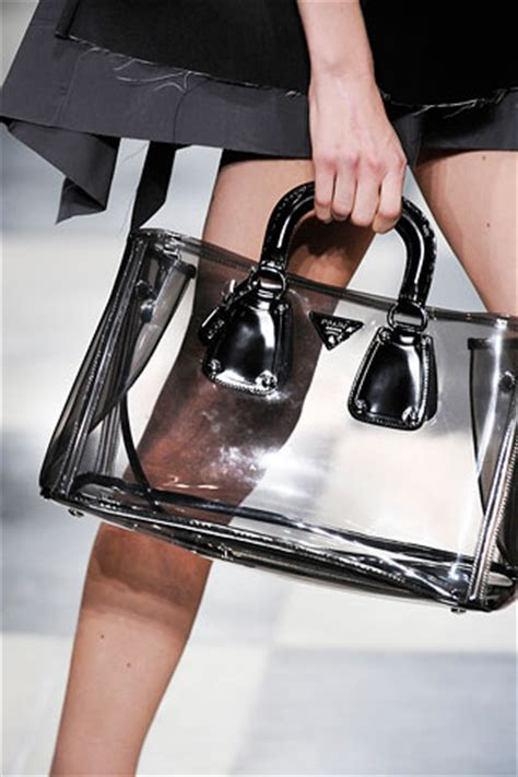 A Peek At The Sleek And Chic Prada Phone by Sacs Transparents S 233 Lection Mode De L 233 T 233 Trenditude Fr