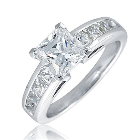 princess cut solitaire ring in 18k gold with 8