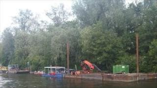 river thames visitors boat licence illegally moored boats cleared from thames bbc news