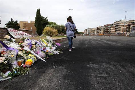 fiori auto roma l auto parcheggiata sui fiori ricordo per le tre sorelline