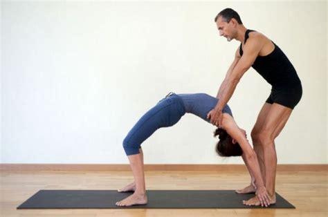 imagenes de yoga en pareja faciles yoga en pareja 7 posturas de amor ella hoy