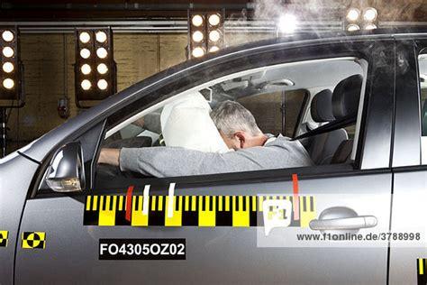 wann geht ein airbag auf ein mann gesicht auswirkungen auf ein airbag im auto crash