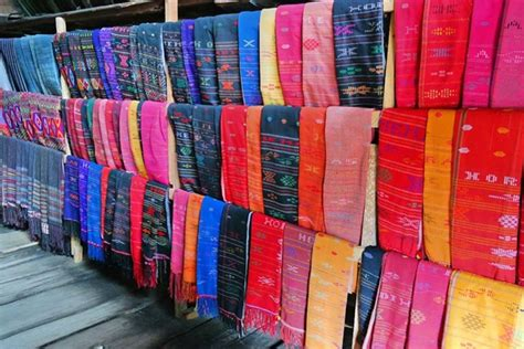 Patannun Toraja Kain Tenun Asli Warna Merah 1 foto menggunakan kain tenun sedang marak di instagram dan
