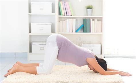 zu hause trainieren schwangerschaftsyoga zu hause stockbild bild