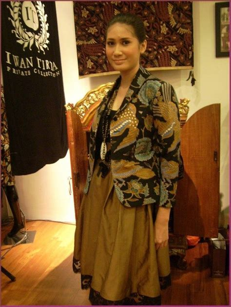 desain dress batik wanita model baju batik kombinasi kain polos untuk wanita pola
