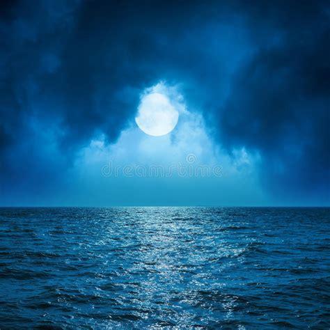 un mar oscuro luna llena en nubes sobre el mar oscuro imagen de archivo imagen 63861509